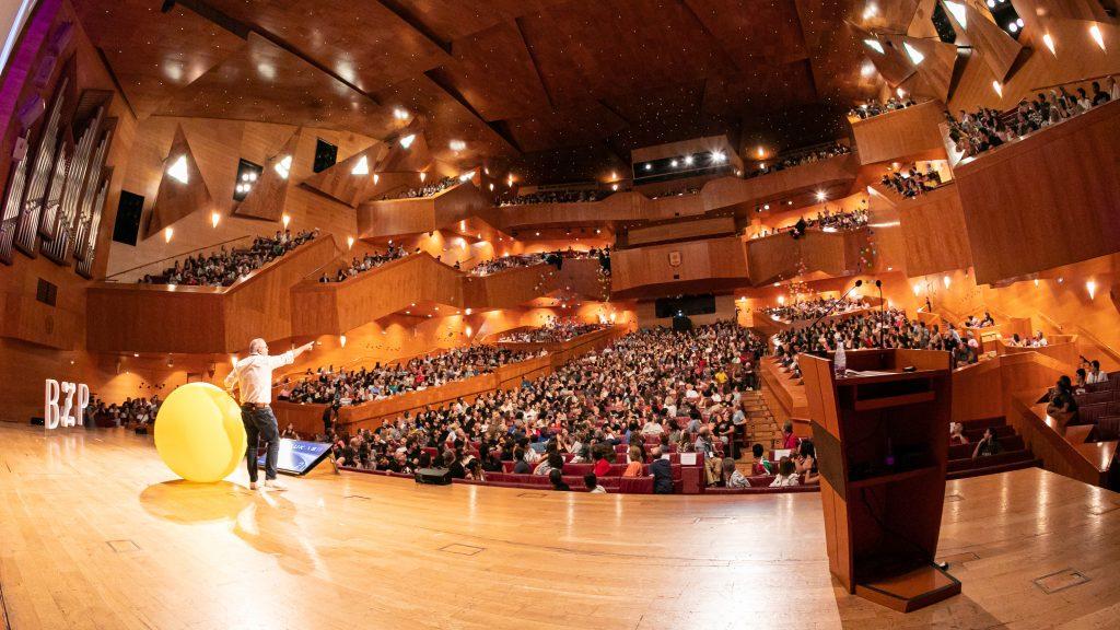 Imagen del auditorio desde el escenario durante una ponencia